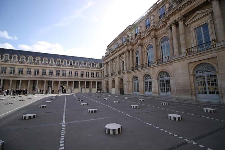 Jouer entre les colonnes de Buren pour défouler les enfants lors d'une visite en famille de Paris