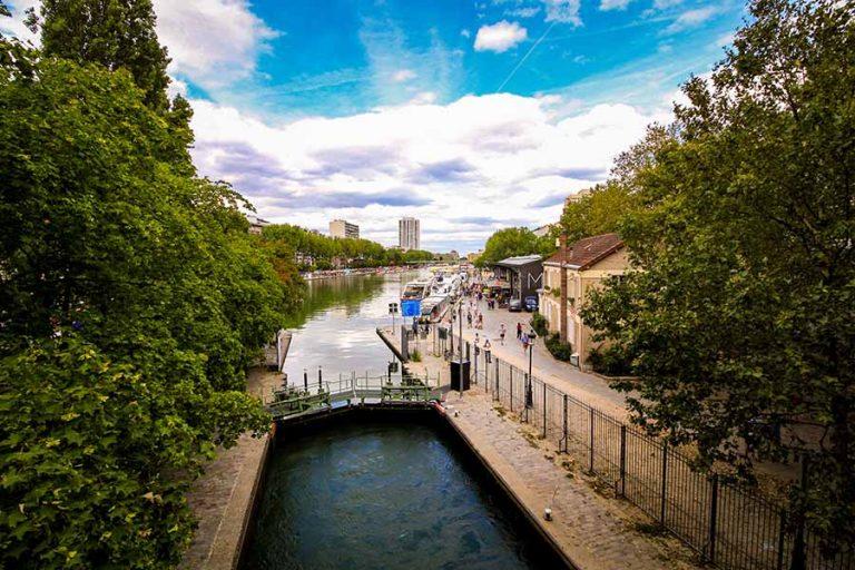 Bassin de la Villette ciel bleu et plan d'eau