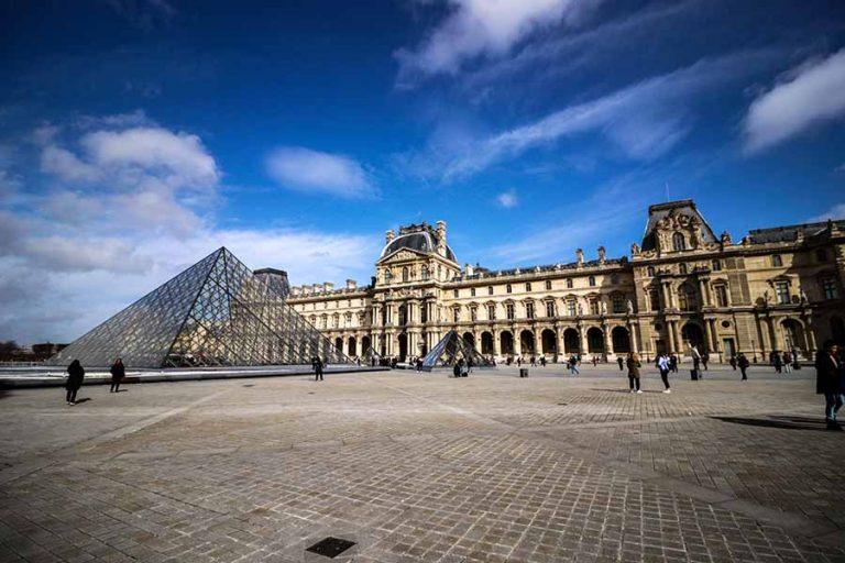 Louvre cour intérieur pyramide de pei