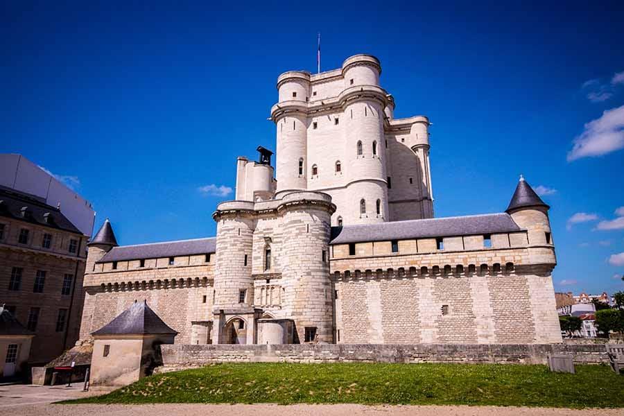 chateau de vincennes, ciel bleu sans nuage, est une des anciennes résidences de la royauté française