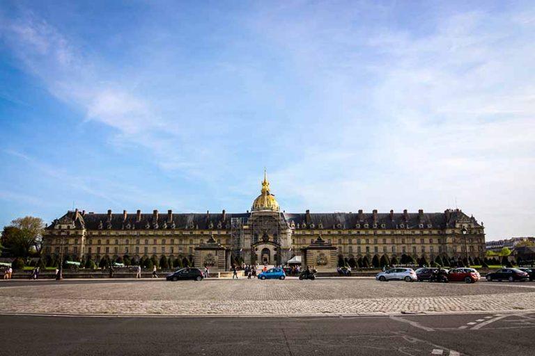 musée de l'armée depuis l'esplanade des invalides, ciel bleu dégagé et hotel des invalides en arriere plan
