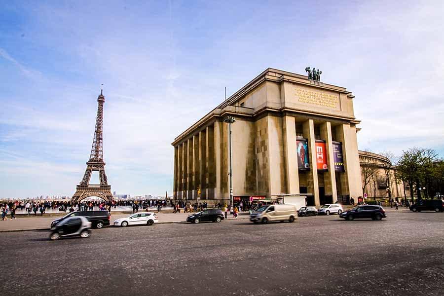 Musée de l'homme sur la place du trocadéro avec vue sur la tour Eiffel en fin d'après midi