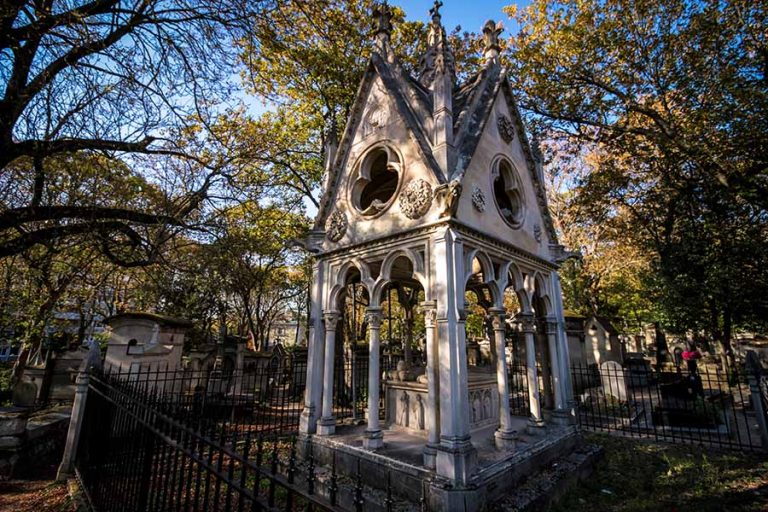 Cimetière du Père Lachaise Sépulture style petite église entourée de grillages