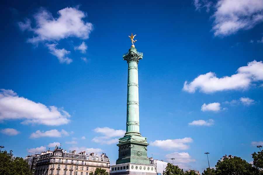 La colonne de Juillet sur la place de la Bastille par grand soleil, sur fond de ciel bleu sans nuage