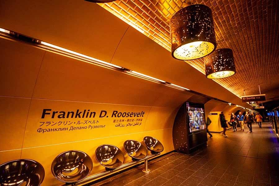 Station de métro Franklin Roosevelt sur la ligne 1 avec ses murs dorés et son atmosphère années 70