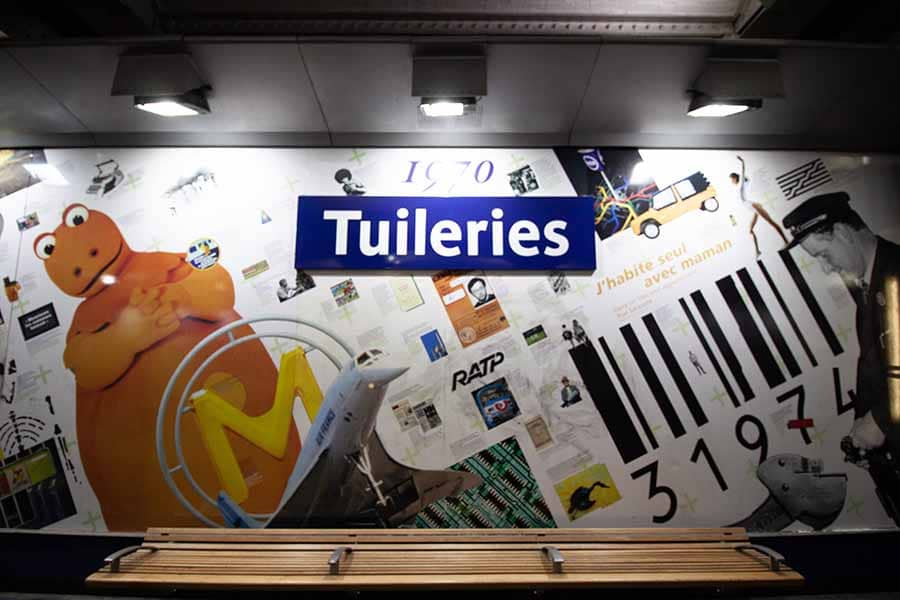 Station de métro Tuileries sur la ligne 1 et toutes ses références à la pop culture française sur les murs des quais