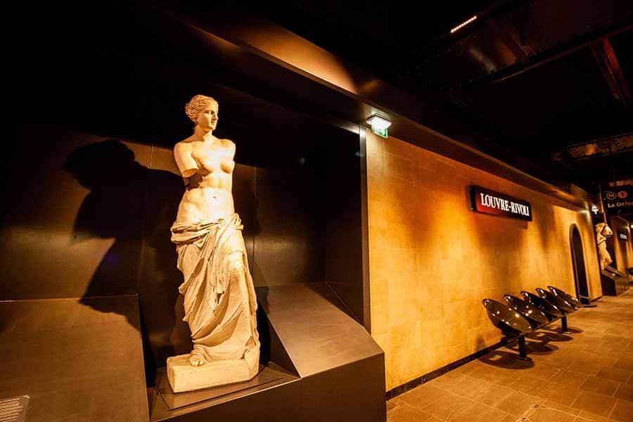 Station de métro Louvre-Rivoli sur la ligne 1 avec ses reproductions de statues présentent dans le musée du louvre