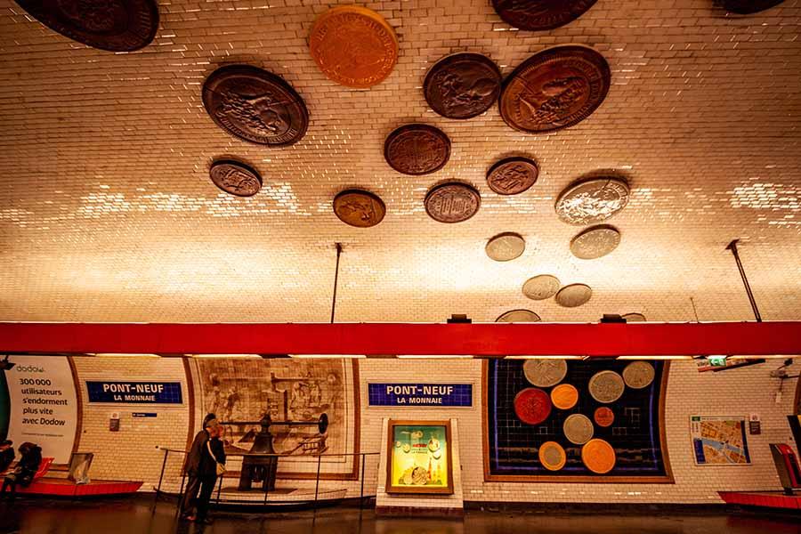 Station de métro Pont Neuf sur la ligne 7 et ses pièces de monnaie qui traversent le quai de part en part