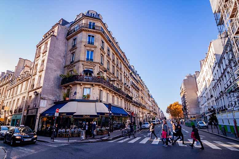 Visiter Paris centre, immeuble haussmannien par un jour de grand soleil