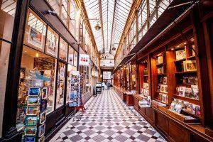 Intérieur passage couvert parisien avec verrière et bibliotheque