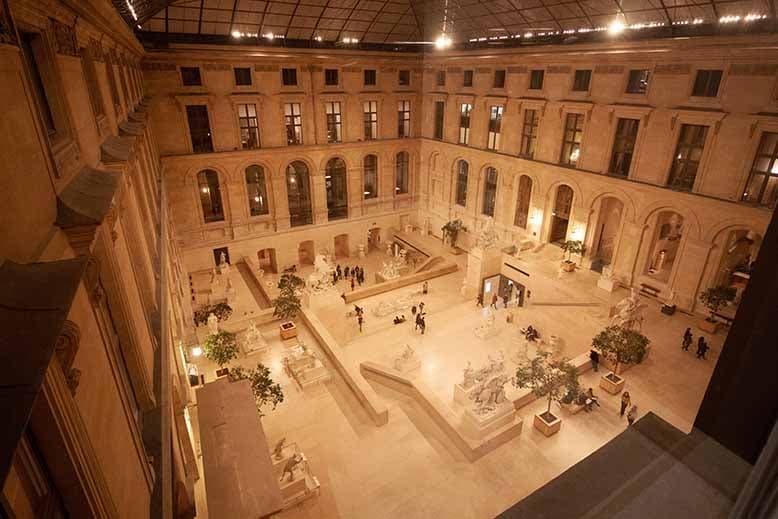 cour intérieur musée du louvre nocturne statues