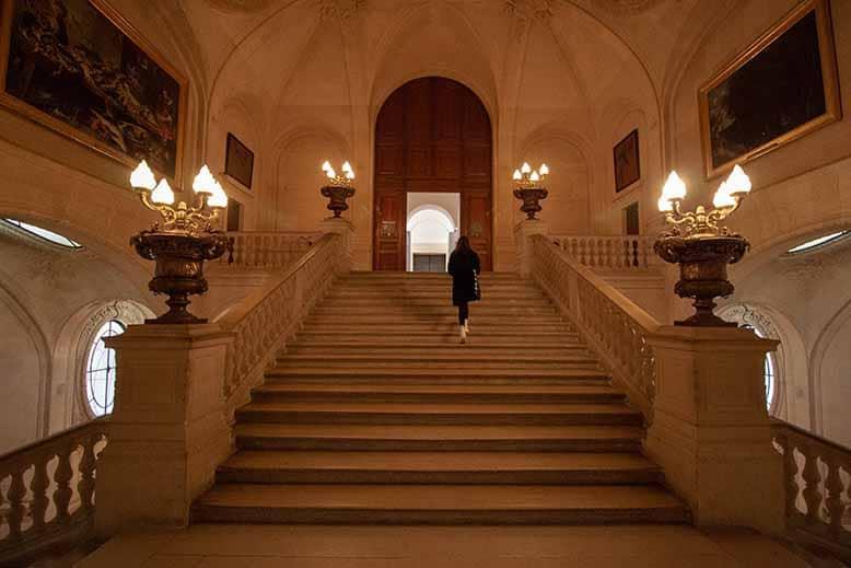 escaliers musée du louvre nocturne