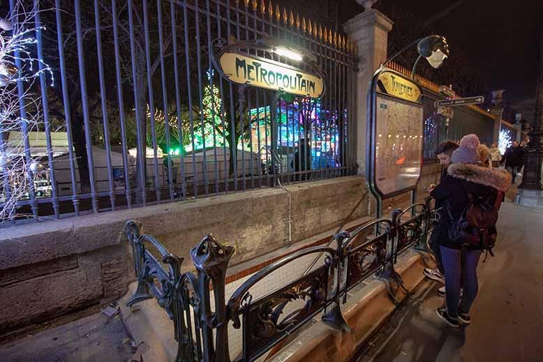 métro tuileries nuit