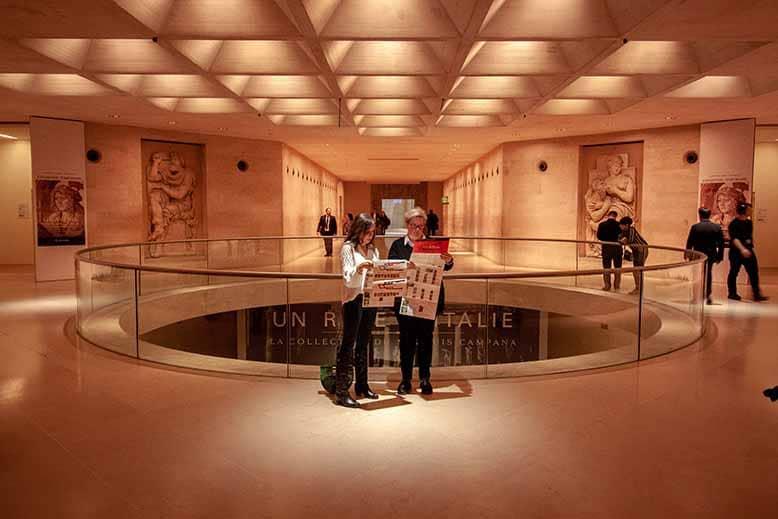 Visiteurs perdus au musée du louvre