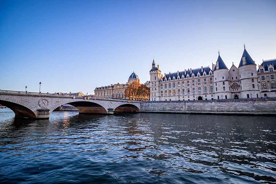 Quai de seine palais de la cité, soleil, ciel bleu, pont