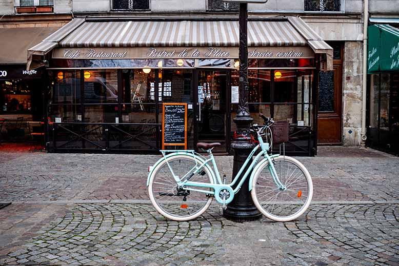 Vélo devant bistrot place sainte catherine du Marais