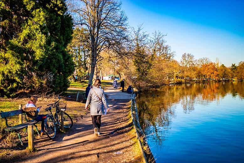 Bois de Boulogne lac personne assise et piétonne, hiver, ciel bleu