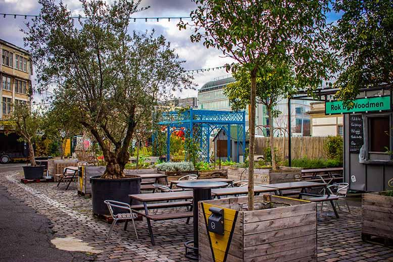 Ground Control à l'exterieur, terrasse avec tables, chaises et diverses plantes et arbres