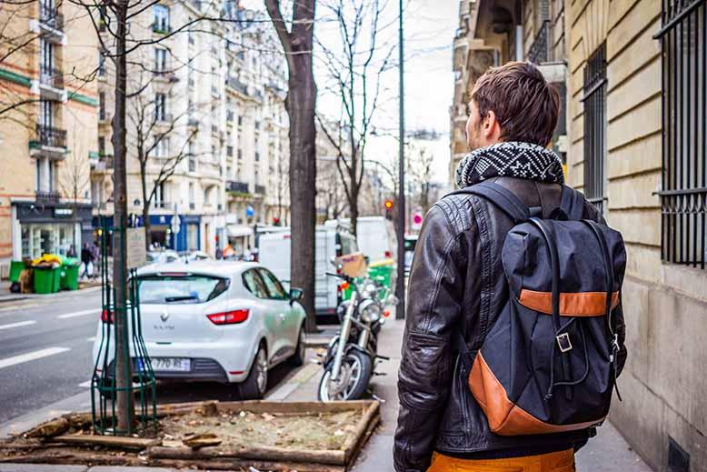 Homme de dos regard vers l'autre coté de la rue, reflexion, Près de Dausmenil