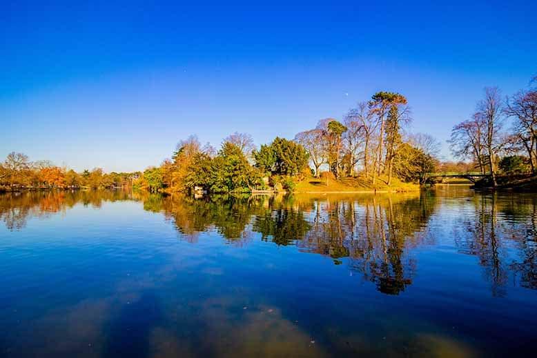 Lac inférieur du Bois de Boulogne et ile au milieu de la photo, hiver, ciel bleu, beau temps