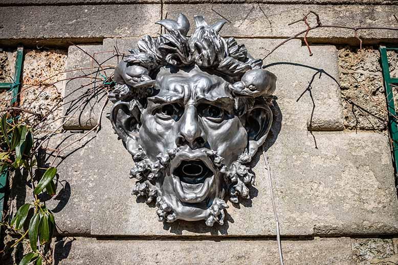 Mascarons de Rodin Bois de Boulogne dans le jardin des serres d'auteuil