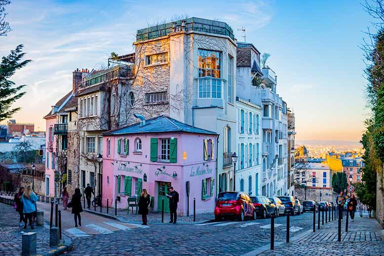 Butte Montmartre Maison rose lumière chaleureuse