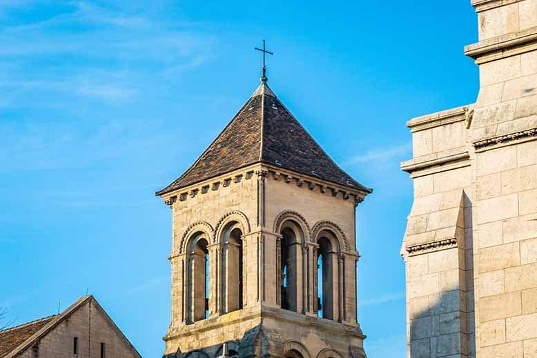 Butte Montmartre clocher de la Paroisse saint pierre de Montmartre, ciel bleu et soleil couchant