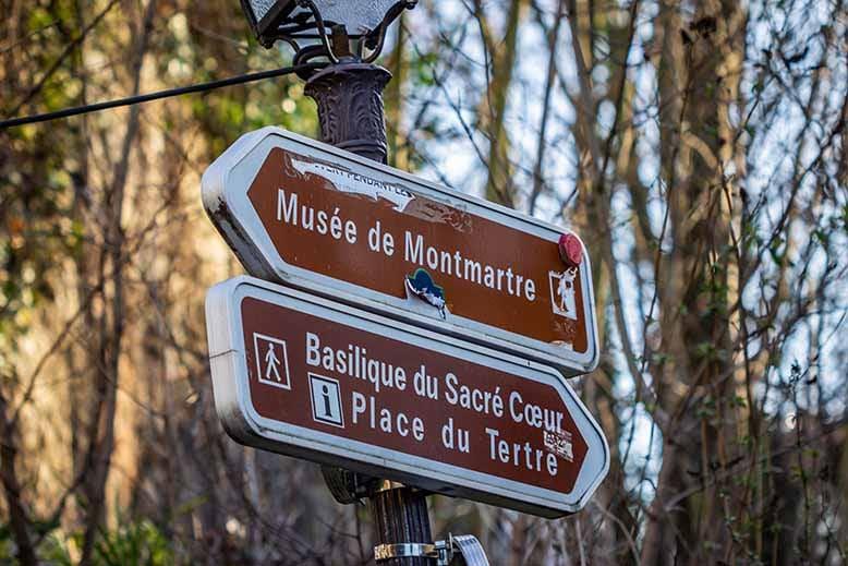 Butte Montmartre panneaux directionnelles