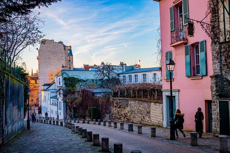 Butte Montmartre rue de l'abreuvoir ciel bleu