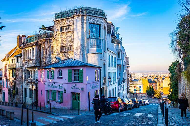 Butte Montmartre rue des saules et rue de l'abreuvoir maison rose