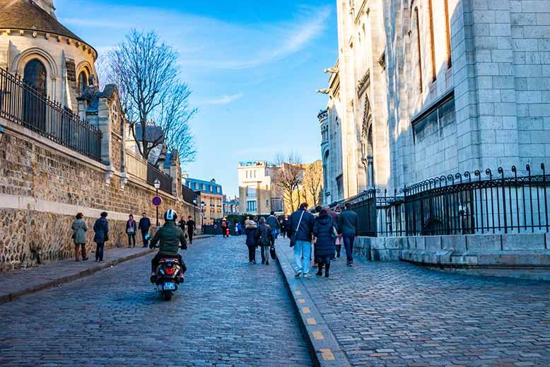 Butte Montmartre rue du cardinal Guibert scooter devant sacré coeur