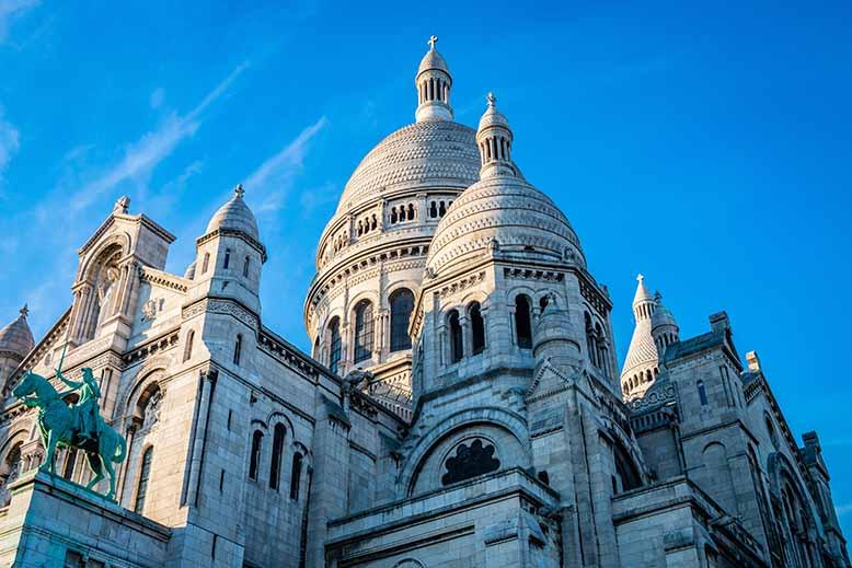 Butte Montmartre sacré coeur de montmartre, coupoles blanches lumière du coucher du soleil