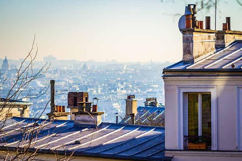 Butte Montmartre toit immeuble avec vue sur Paris