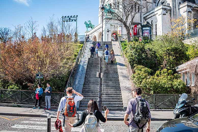 Butte Montmartre groupe de touriste vers sacré coeur
