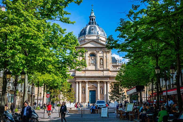 Chapelle de la Sorbonne quartier latin printemps terrasses de café