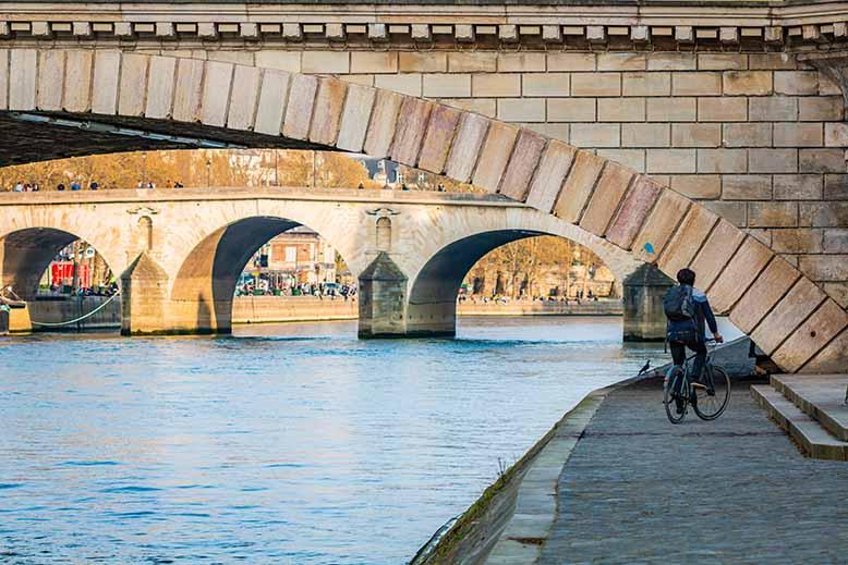 Cycliste sous le pont louis philippe Ile Saint Louis