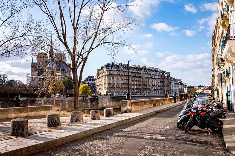 Ile Saint Louis quai d'orléans, vue sur Notre Dame et rue pavée