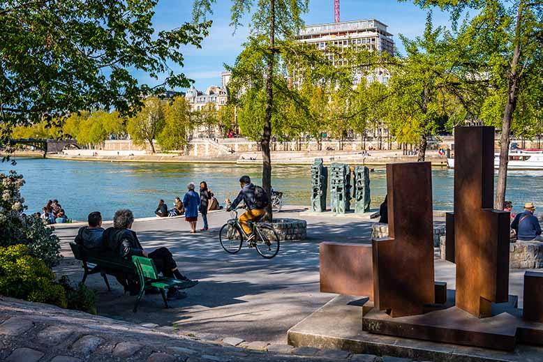 Jardin Tino Rossi Quai de Seine vélo cycliste statue
