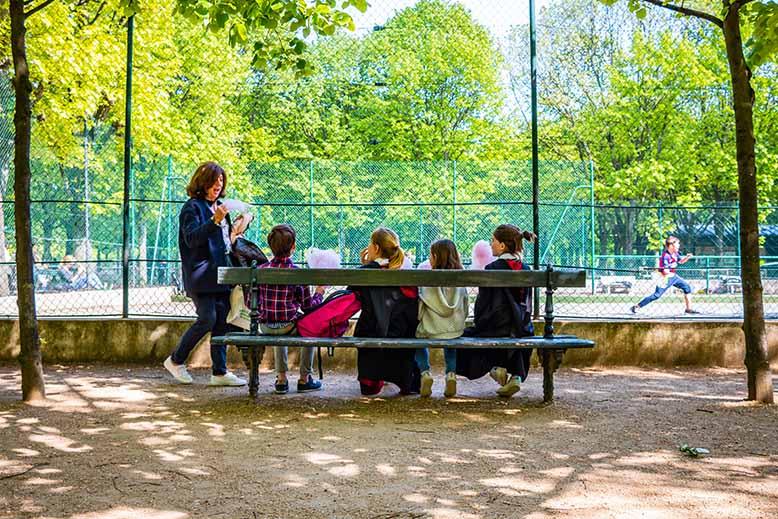Jardin du luxembourg enfants assis terrain de tennis