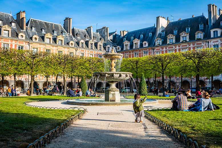 Place des Vosges Fontaine Marais enfant