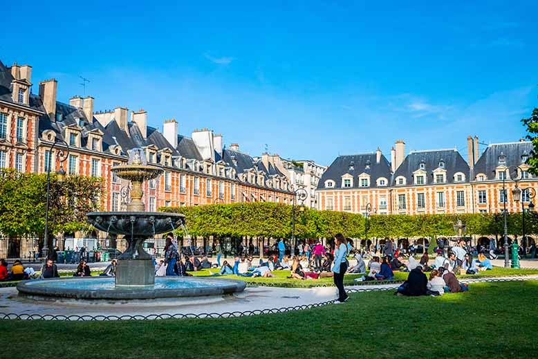 Place des Vosges fontaine scène de vie touristes