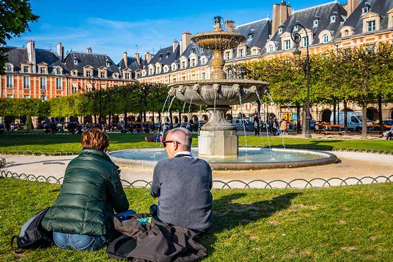 Place des Vosges fontaine touristes couple marais