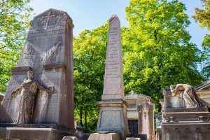 Cimetière du Père Lachaise ensemble de trois tombes particulières avec statues et ornementations