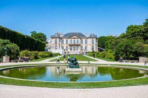 Jardin du Musée Rodin vue générale sur la fontaine pelouse et musée