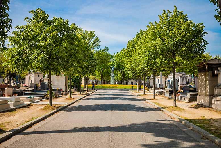 Montparnasse Cimetière allée principale vers statue génie du sommeil