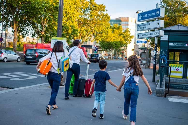 Famille qui arrive en vacances pour rejoindre son hôtel