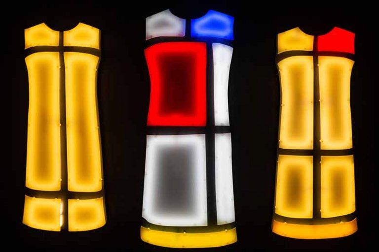 Oeuvre reprenant les robes icones de YSL au Musée Yves Saint-Laurent pour visiter le Paris de la Mode