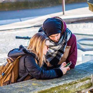 Pont de Bir-Hakeim couple de touriste sur téléphone