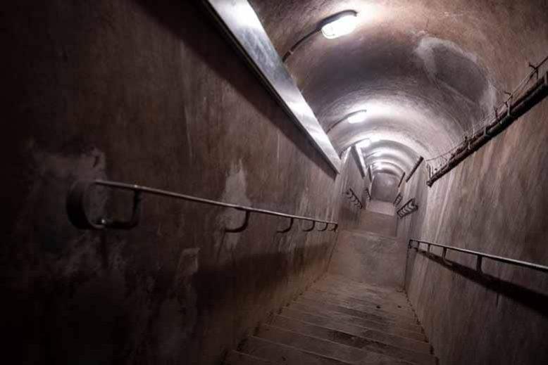 Tunnel pour descendre dans le poste de controle du musée de la libération de Paris